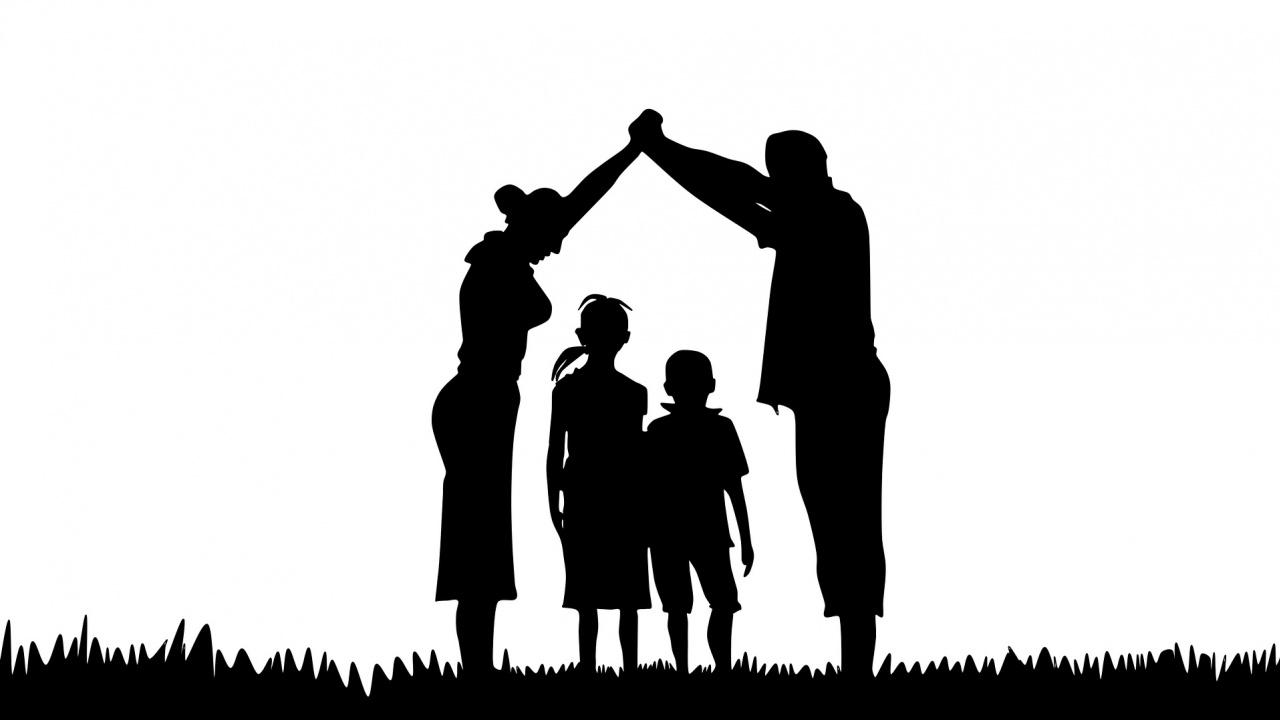В Полша обмислят да забранят на еднополови двойки да осиновяват деца