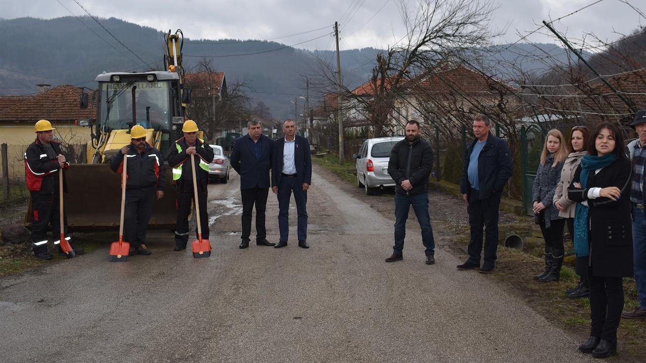 Росица Кирова и Александър Матеев присъстваха на първата копка на реконструкцията на водопроводната мрежа в Чупрене