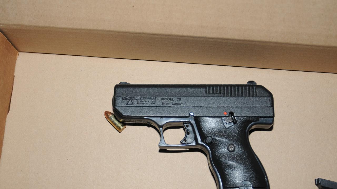 28-годишен стреля по полицаи и се барикадира в дома си