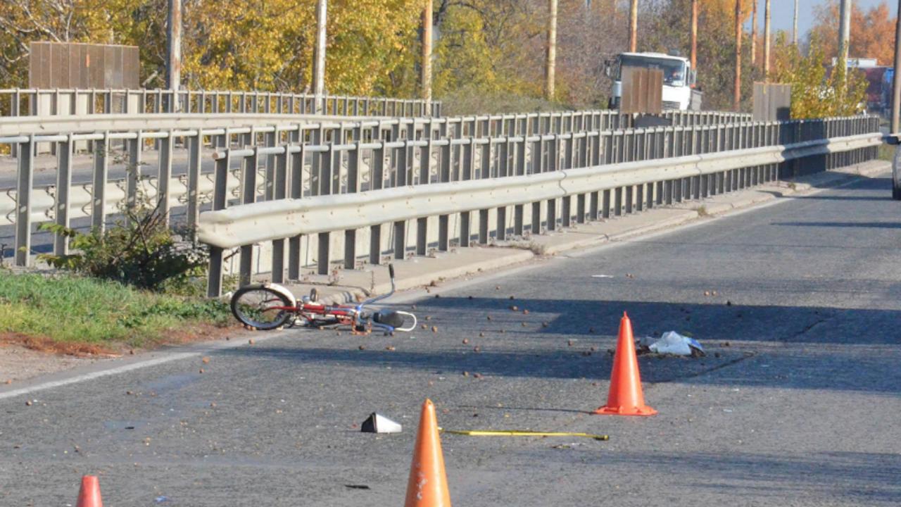 Шофьор вкара велосипедист в болница