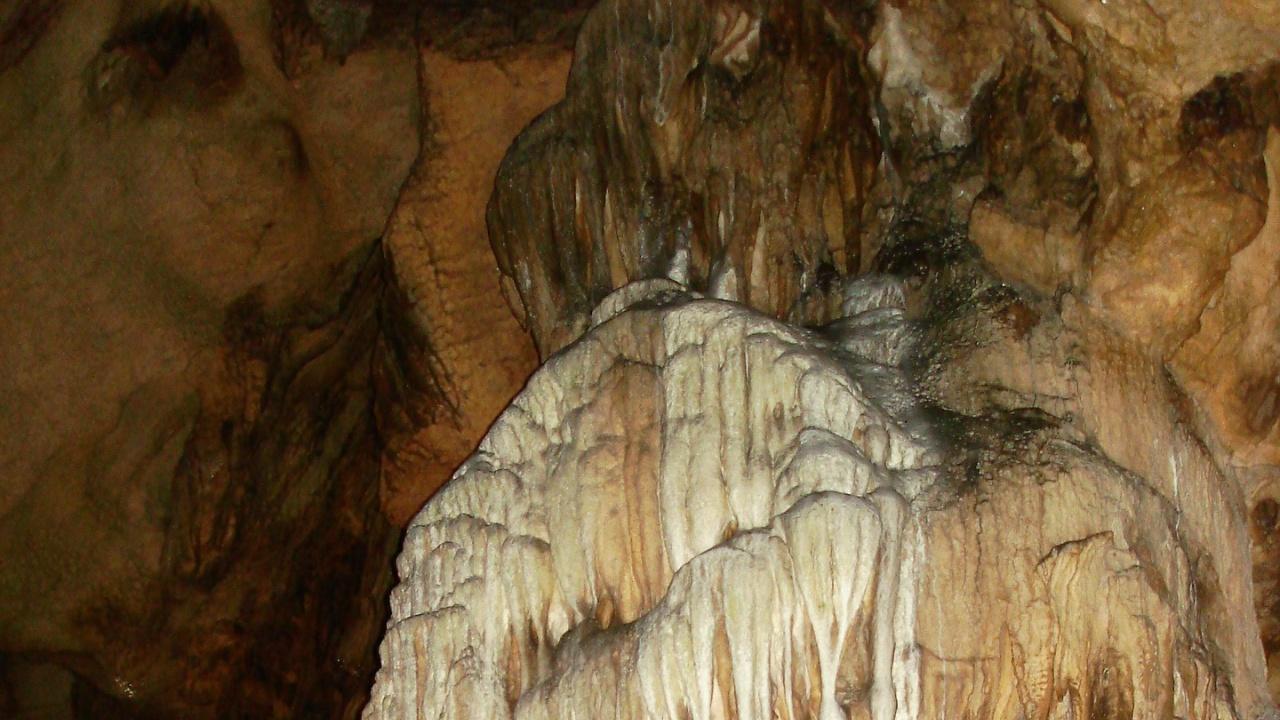 """Евакуират служители в туристически обекти до пещера """"Леденика"""" заради снега"""