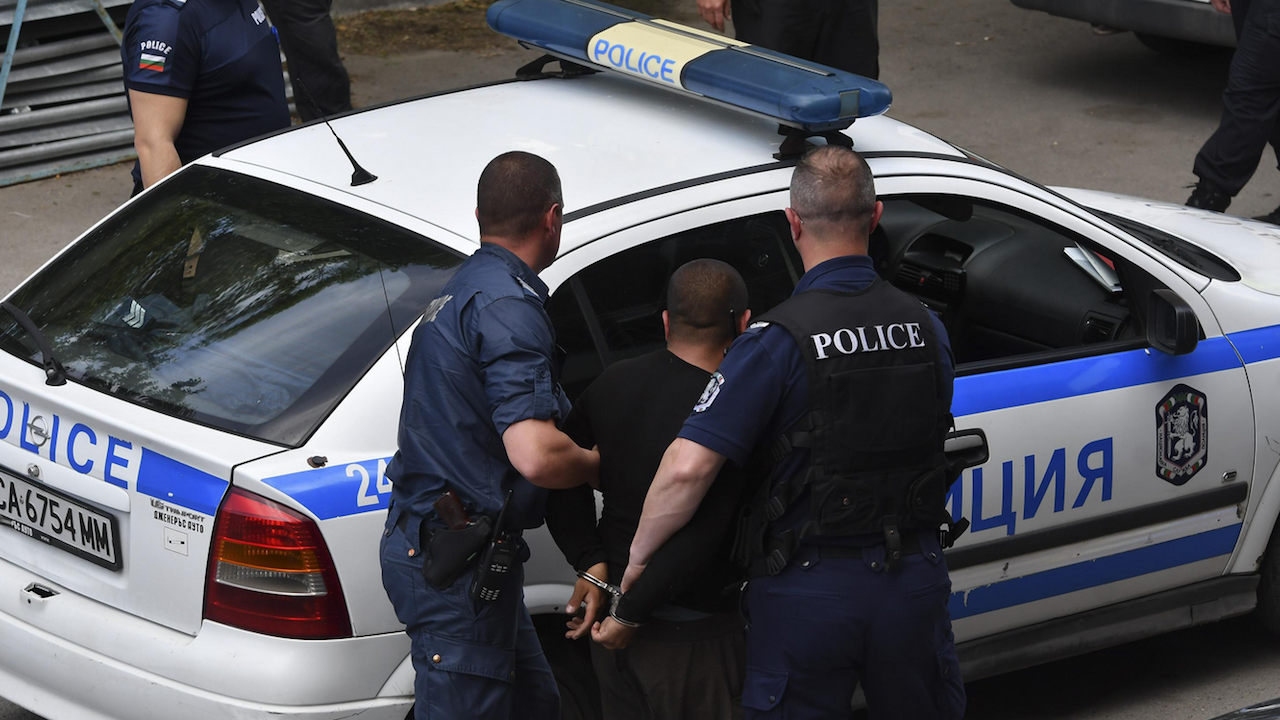Подкрепа за полицаите, наказани след гонка и стрелба в Казанлък
