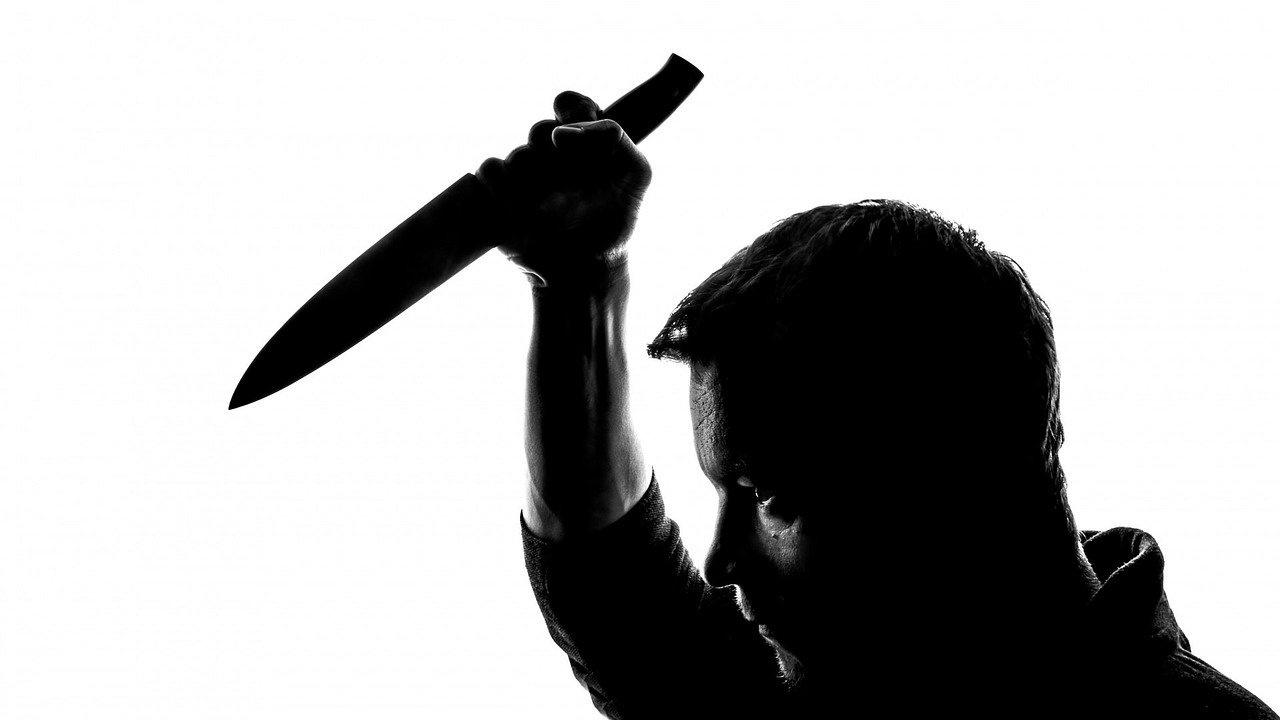 Мъж наръга свой близък в Ямбол и се барикадира