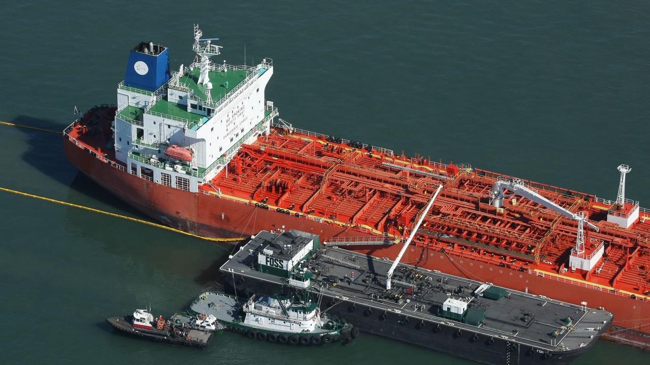 Петролът поскъпва с 5% след блокиране на Суецкия канал от голям кораб