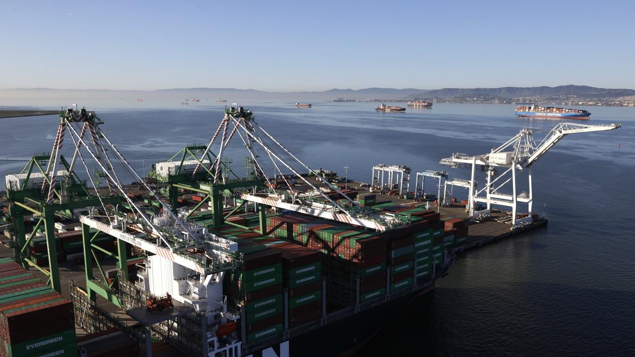 Провал след два опита да бъде освободен контейнеровозът, заседнал в Суецкия канал