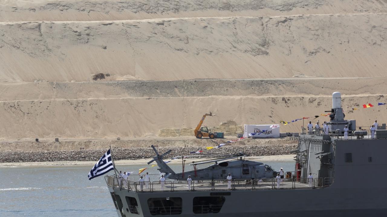 Гърция е готова да помага за заседналия в Суецкия канал контейнеровоз