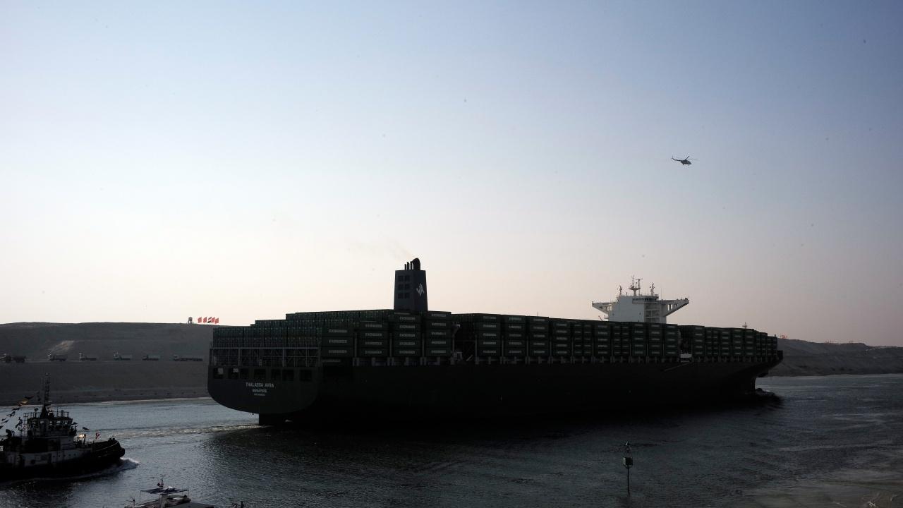 Продължават усилията по освобождаване на контейнеровоза в Суецкия канал