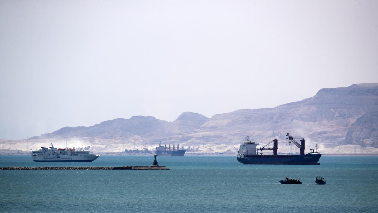 Близо 370 кораба, включително 25 петролни танкера, не могат да преминат през Суецкия канал
