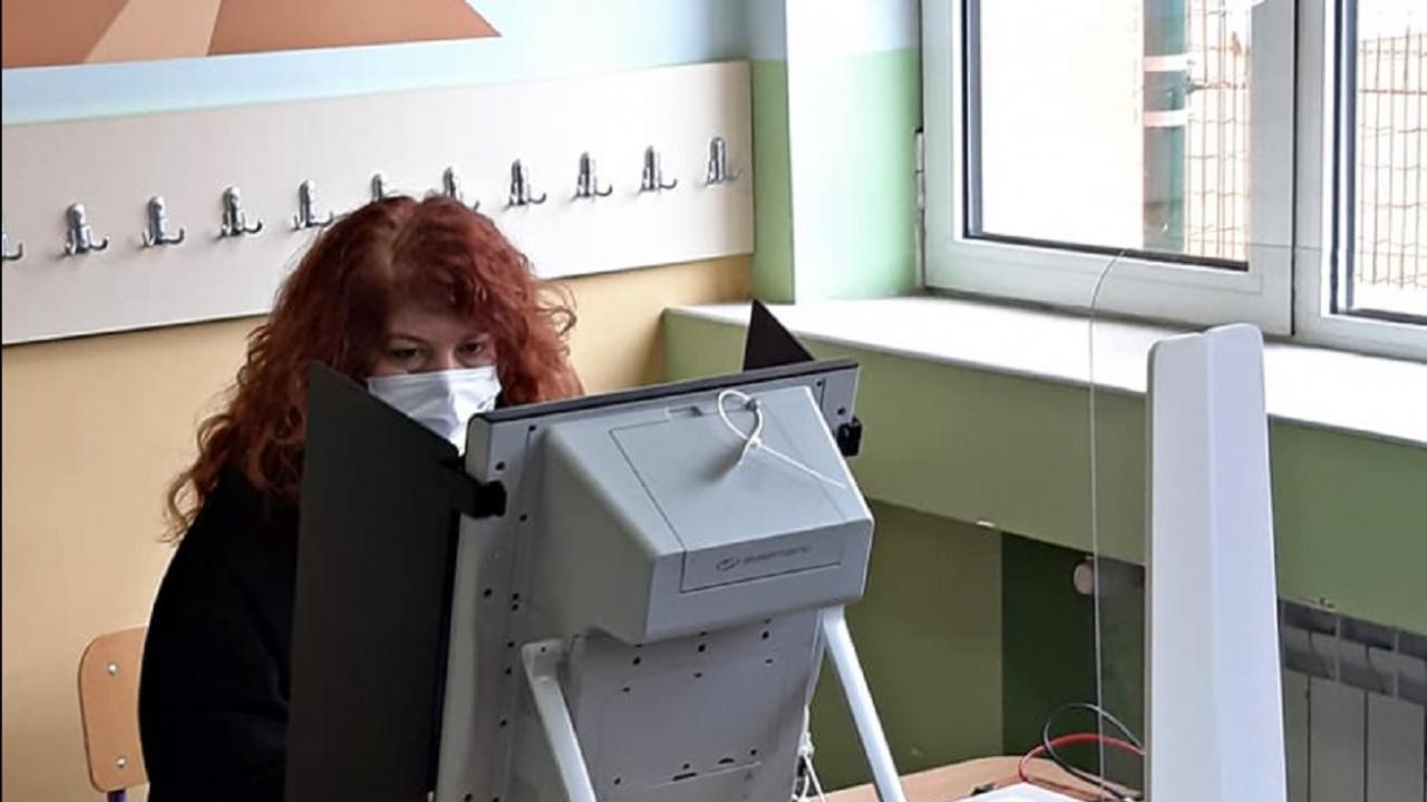 Вицепрезидентът Йотова гласува с машина