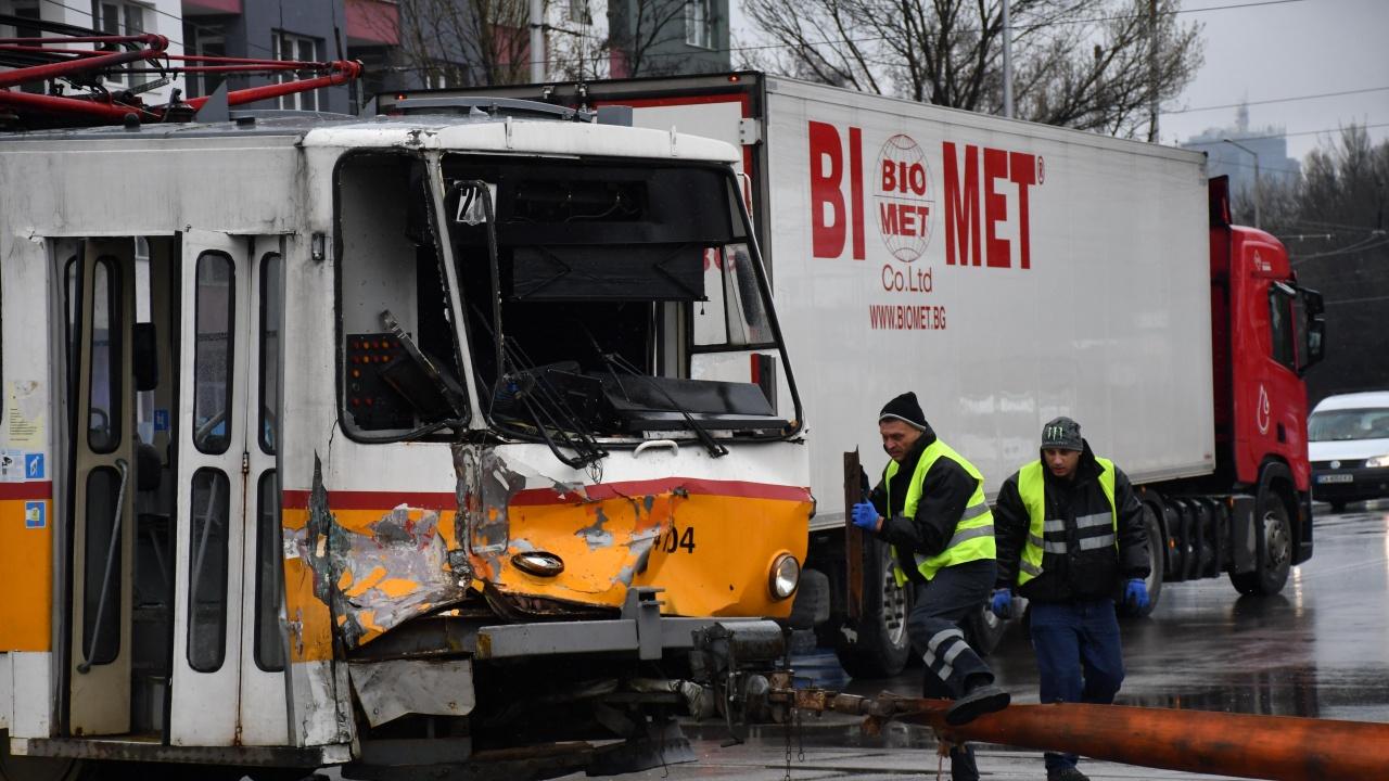 Трамвай и камион катастрофираха в столичния квартал Слатина