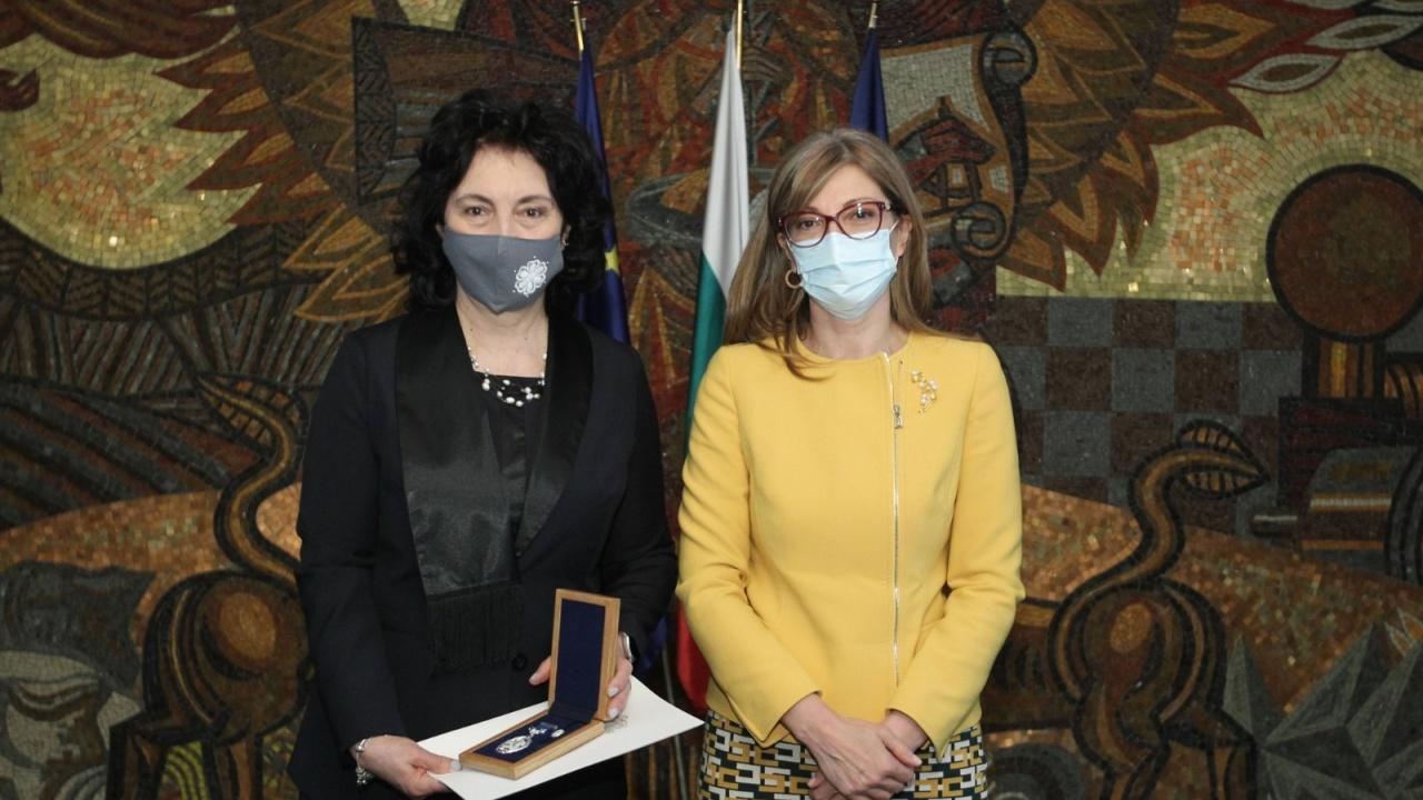 Екатерина Захариева награди д-р Цезарина Илиева от Столичната РЗИ