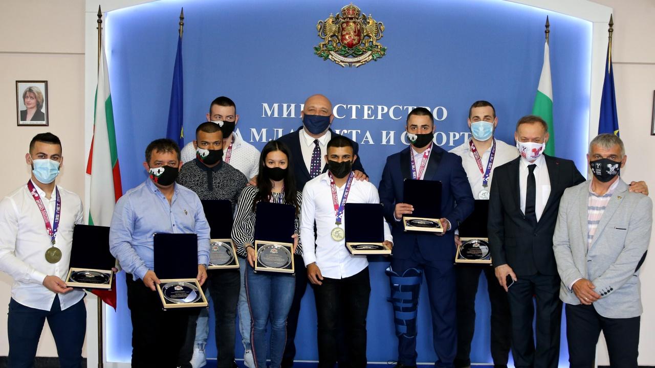 Министър Кралев награди медалистите от Европейското първенство  по вдигане на тежести