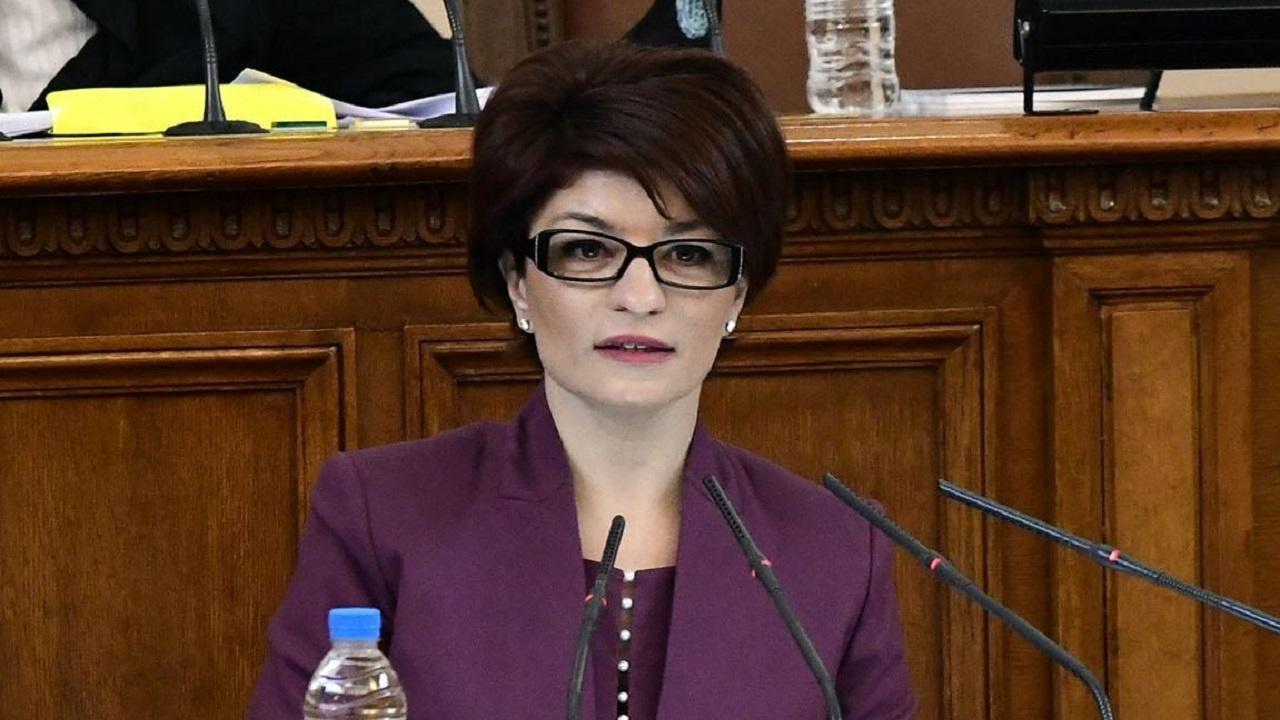 Десислава Атанасова: Време е шоуто да приключи. Победителят е ГЕРБ