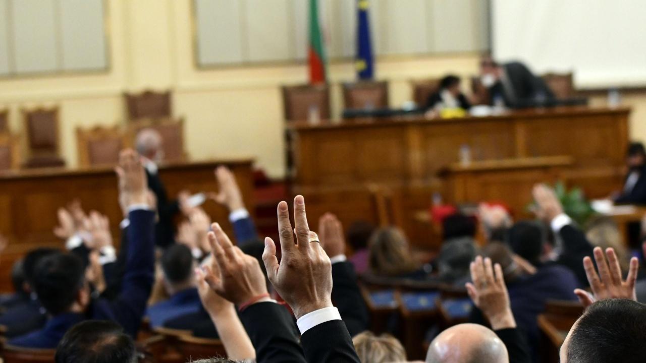 Парламентът ще работи по стария правилник до приемането на нов