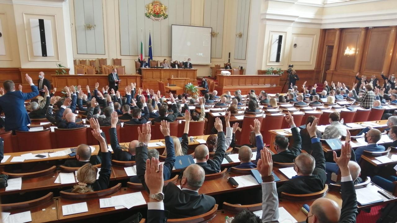 "С бурни аплодисменти новият парламент гласува оставката на ""Борисов 3"""