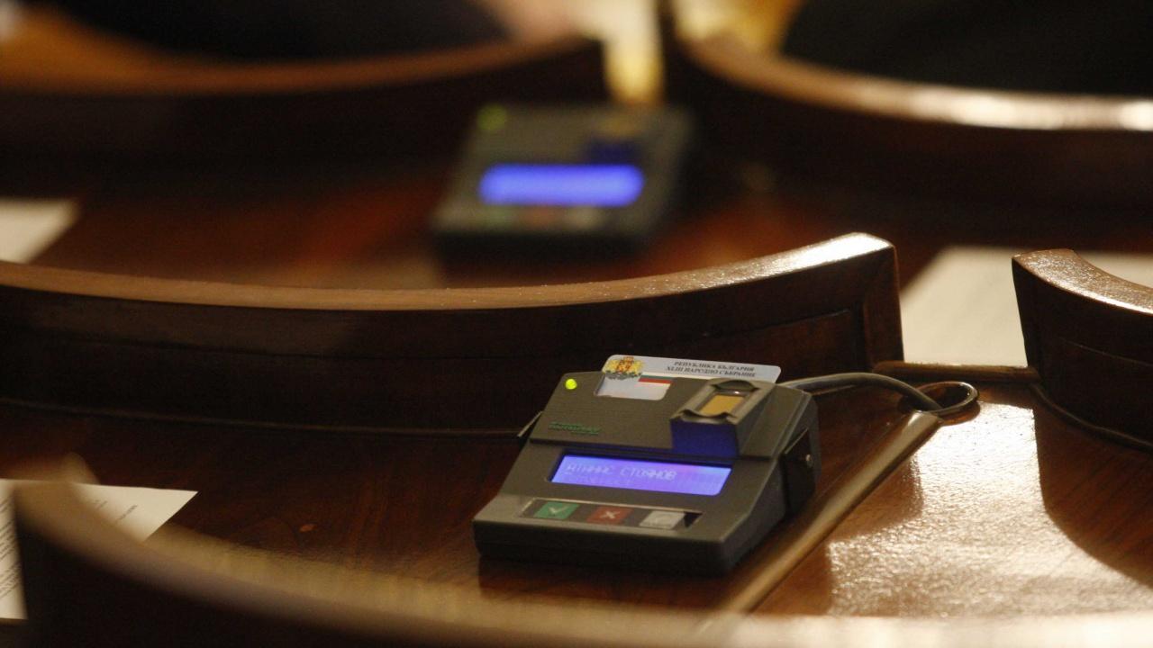 От сряда депутатите ще гласуват чрез електронната система, която ще бъде върната в старата сграда на парламента
