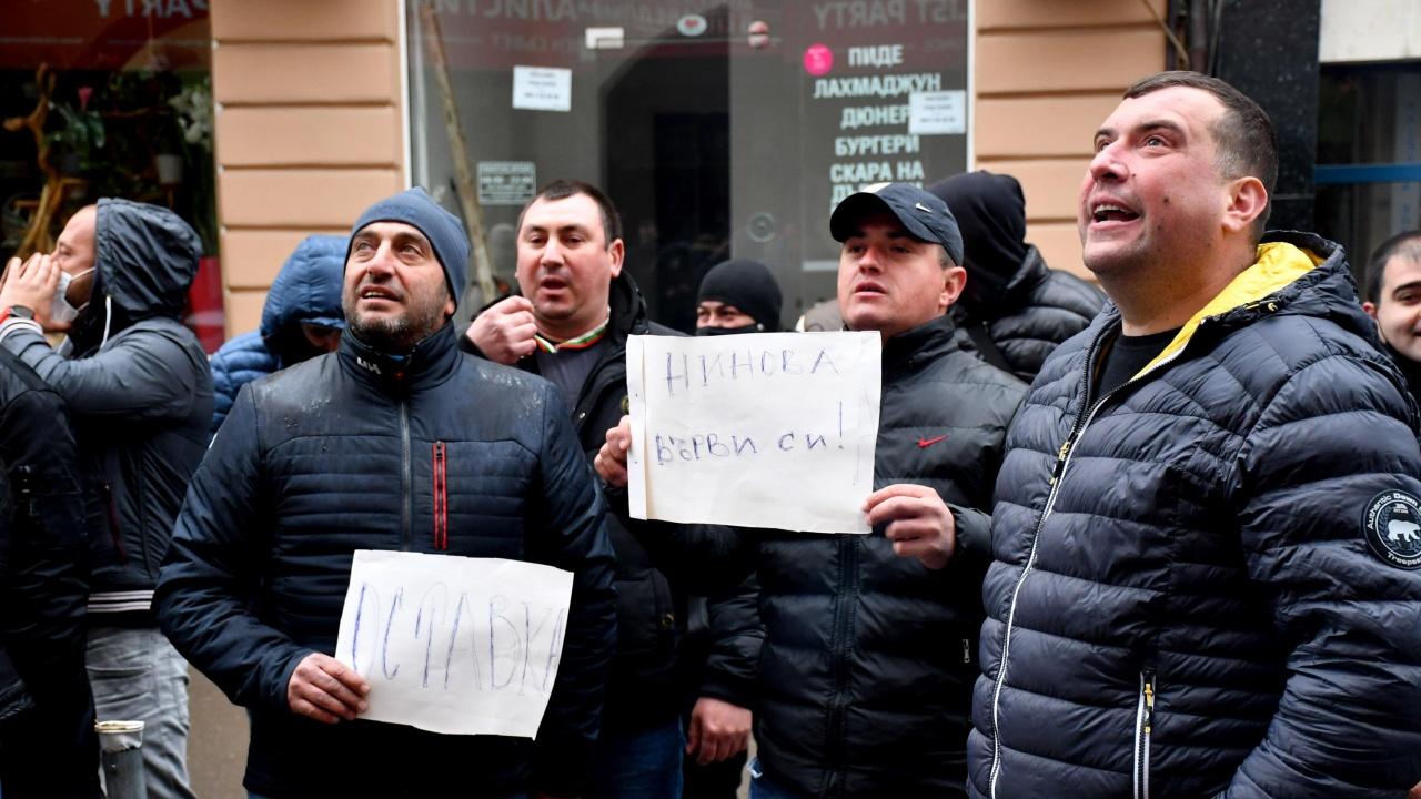 """Протест пред централата на БСП: """"Нинова, върви си!"""""""