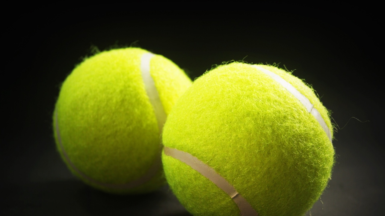 Американец счупи рекорда за най-много уловени тенис топки с кофа на главата