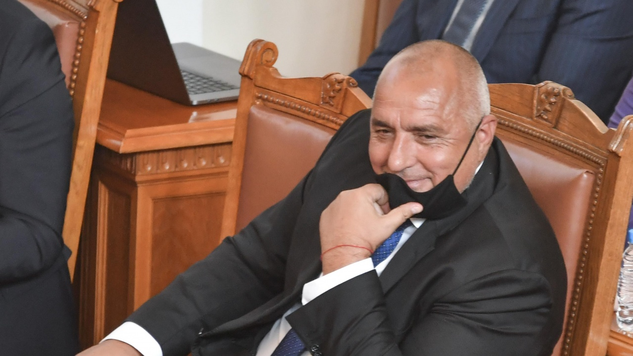 """Депутатите не успяха да видят Борисов, скараха се кой ще маха модела """"ГЕРБ"""""""