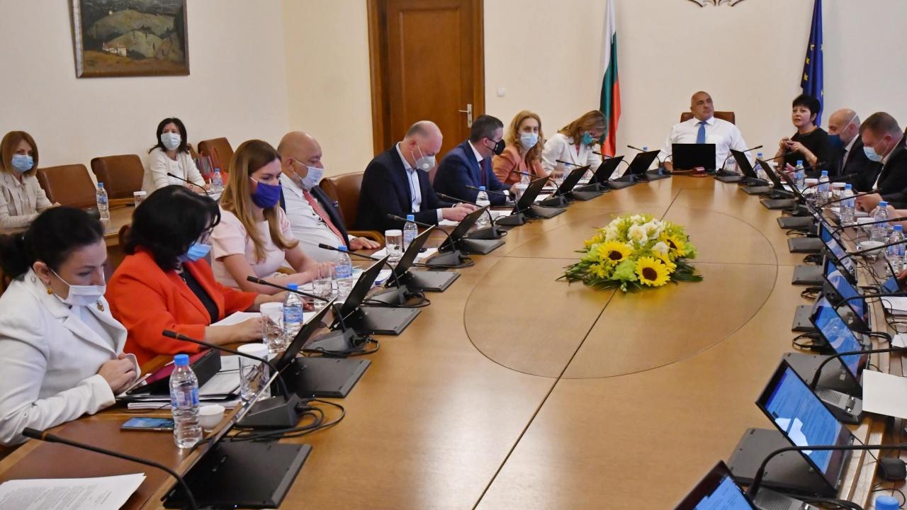 """След часове на караници парламентът наложи мораториум върху решенията на """"Борисов"""" 3"""