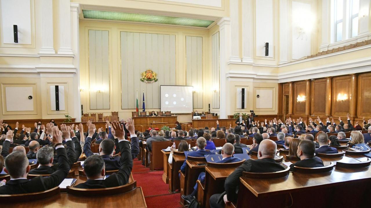Депутатите си гласуваха допълнително възнаграждение при реализиране на извънредни задачи