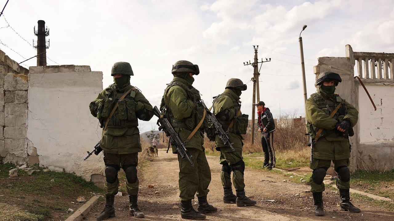 Русия разпореди изтегляне на войските си от границата с Украйна, но остави оръжията си