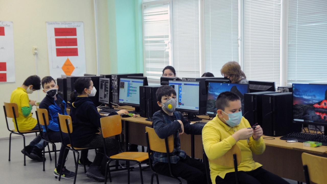 Учениците от 5, 9 и 12 клас започват занятия в училище присъствено