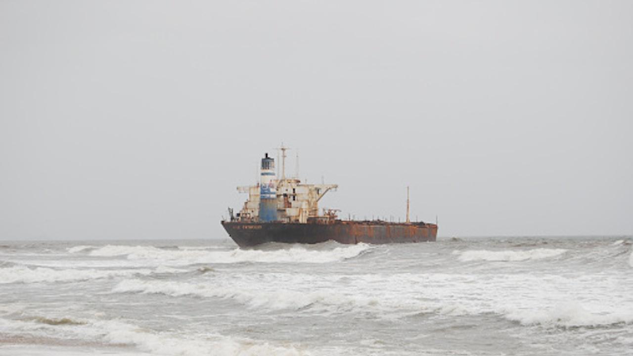 Петролен разлив в Жълто море след инцидент с нефтен танкер