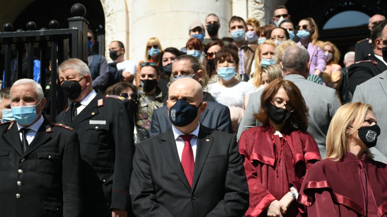Гешев, десетки спецпрокурори и магистрати излязоха на мълчалив протест