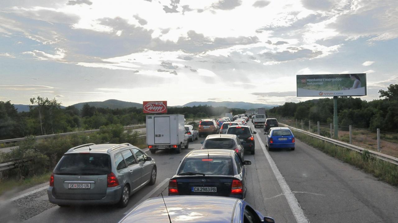 Интензивен трафик на изходите на София и на границата с Гърция