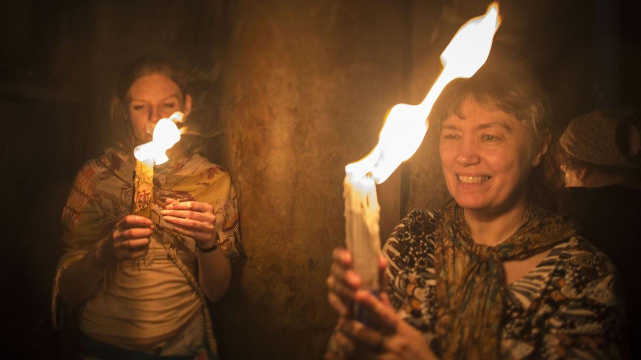 """Благодатният огън слезе в храма """"Възкресение Христово"""""""