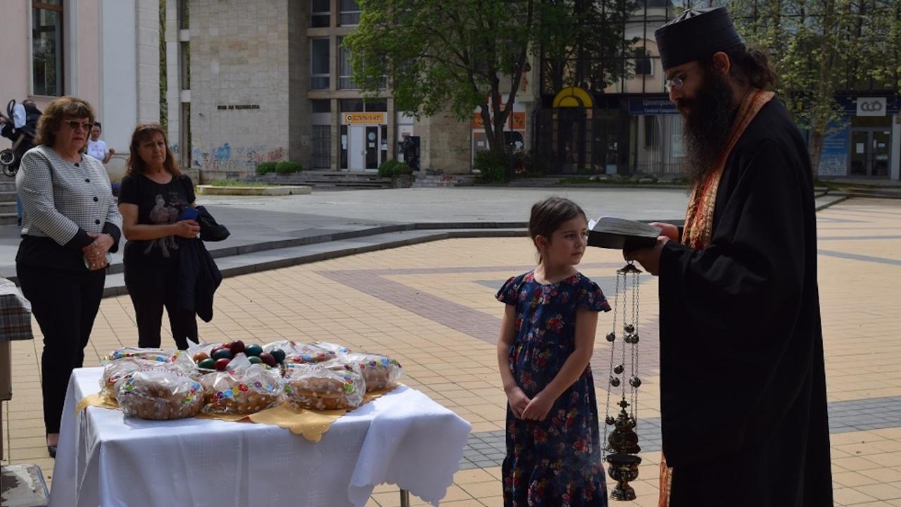 В Ловеч раздадоха козунаци по повод Възкресение Христово