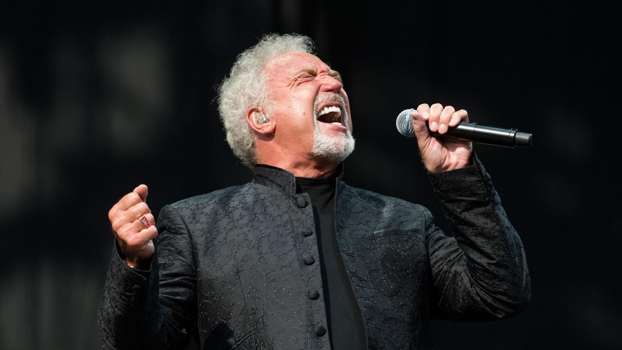 Том Джоунс е най-възрастният артист, оглавил британската класация за албуми