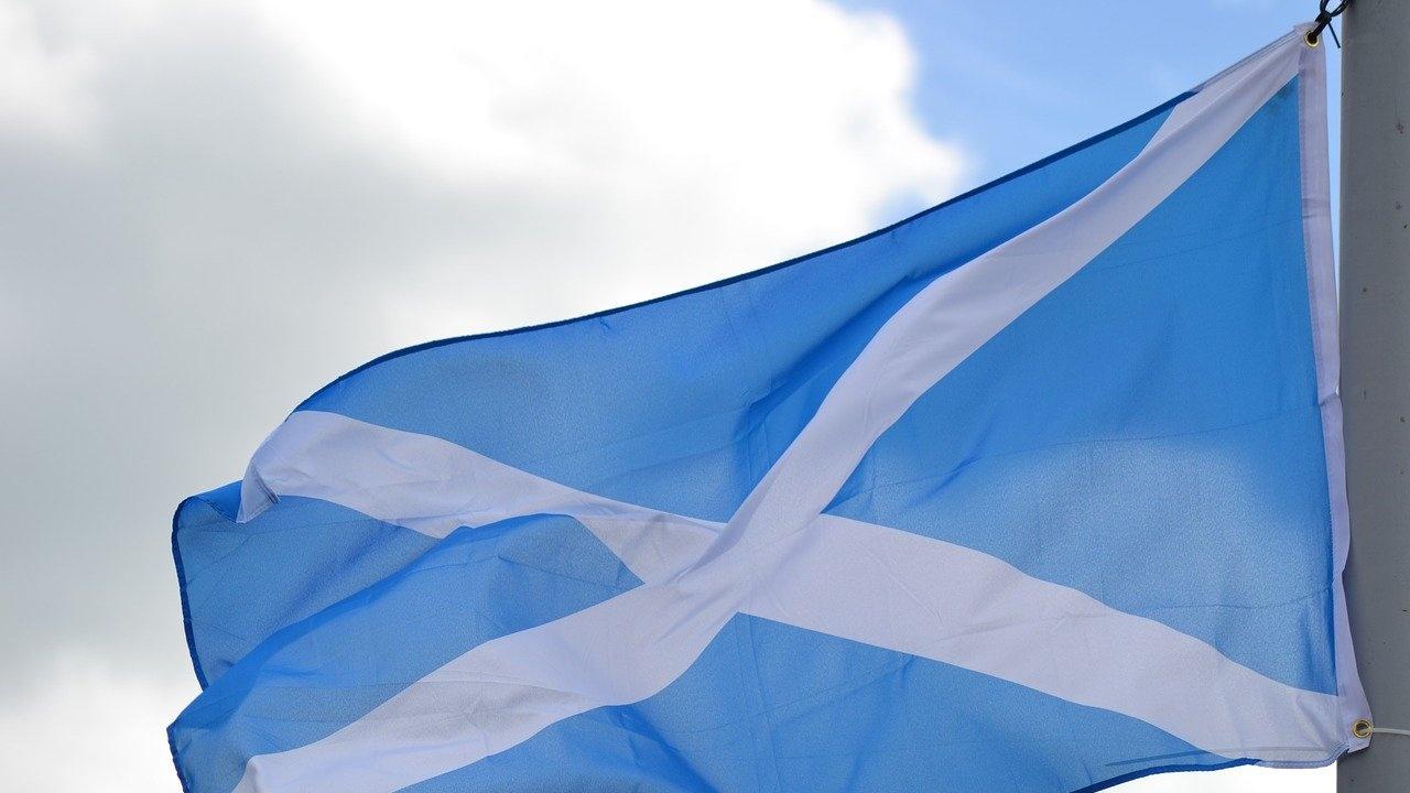 Избирателите в Шотландия и Уелс гласуват за местни парламенти, англичаните избират кметове