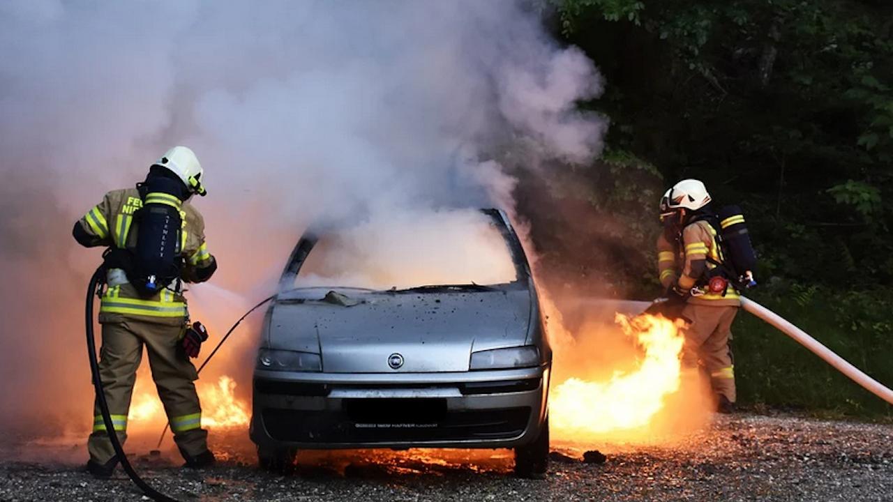 """Лек автомобил се запали на АМ """"Струма"""", ТИР се обърна на пътя Русе - Велико Търново"""