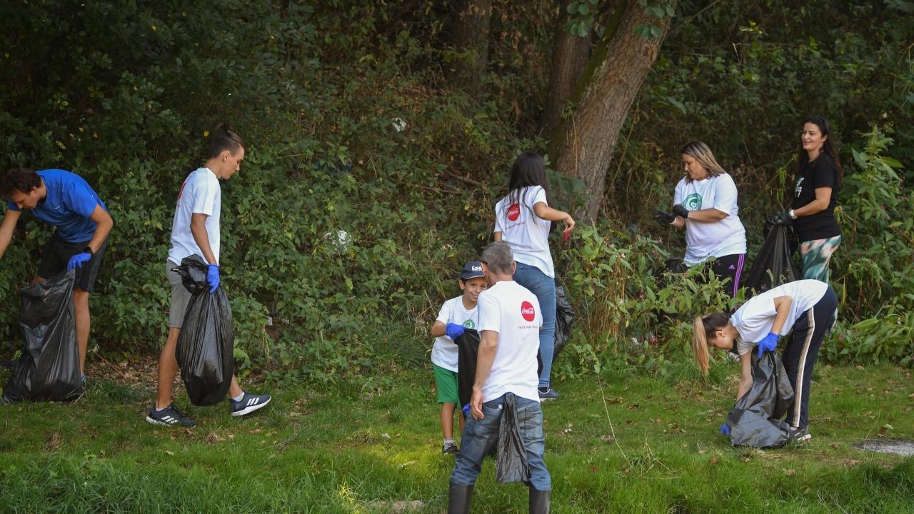 "Доброволци почистиха околностите на язовир ""Царевци"" край Омуртаг"
