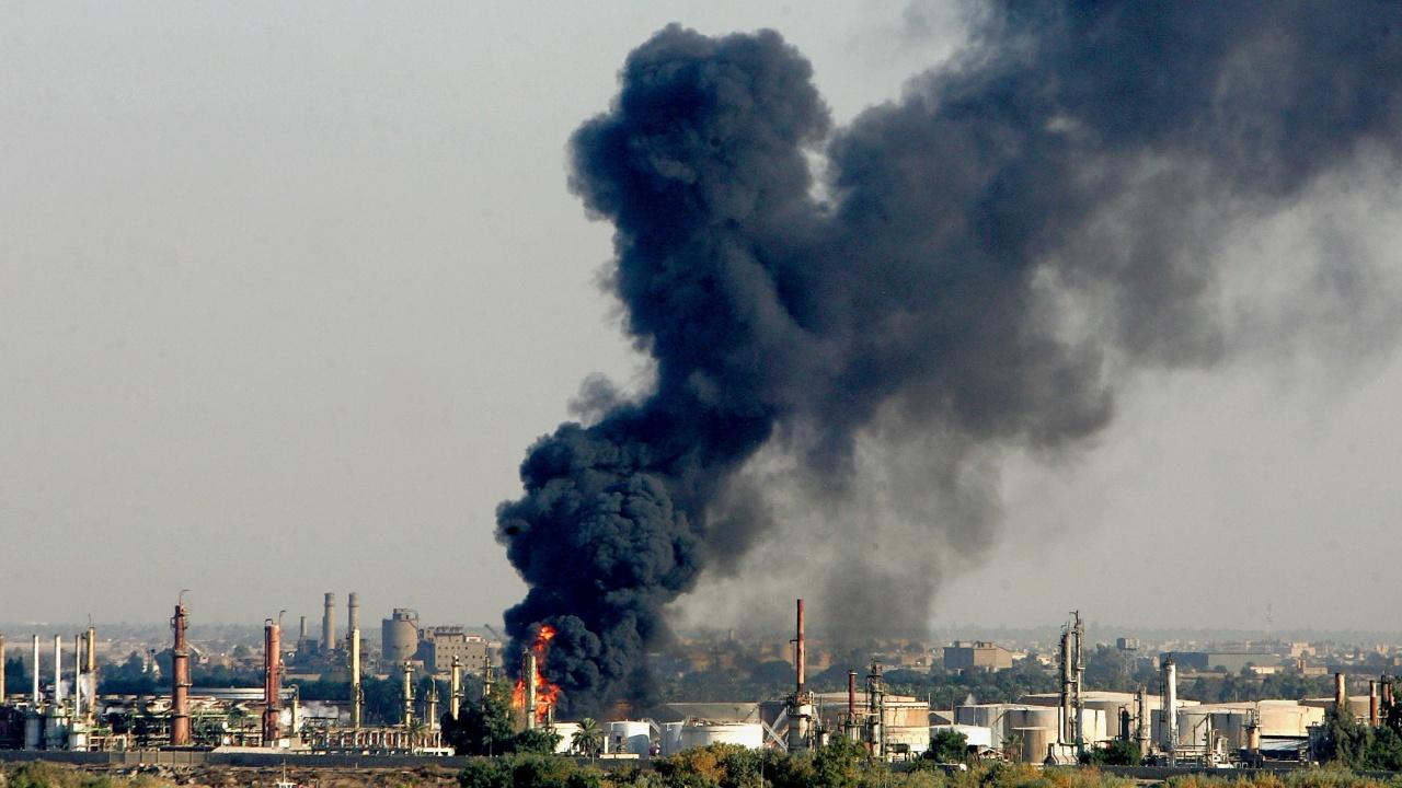 Пожари избухнаха в петролна рафинерия в Сирия и на танкер край бреговете на страната