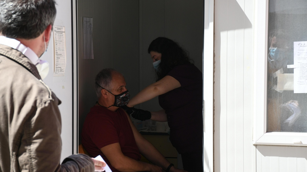 """ВМА и """"Пирогов"""" продължават със """"зелените коридори"""" за ваксинация"""