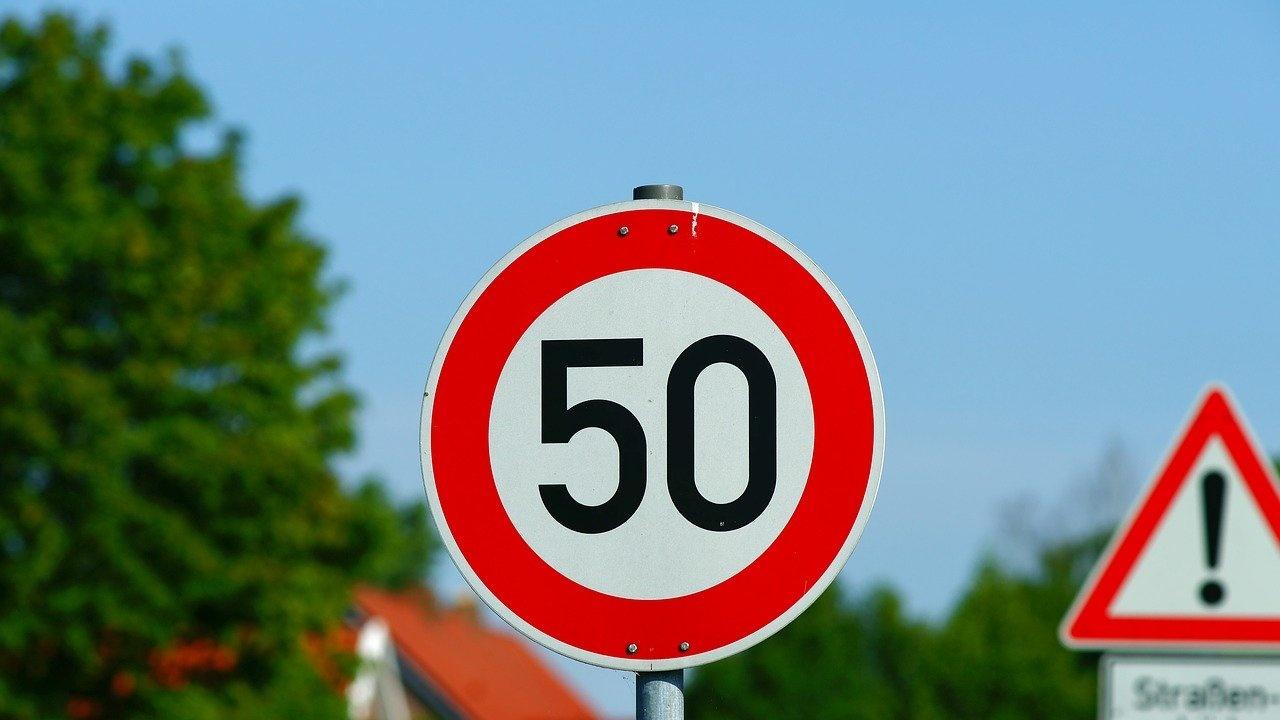 Бум на фалшиви пътни знаци край Търново