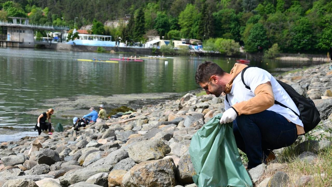Доброволци почистиха зоната около Панчаревското езеро