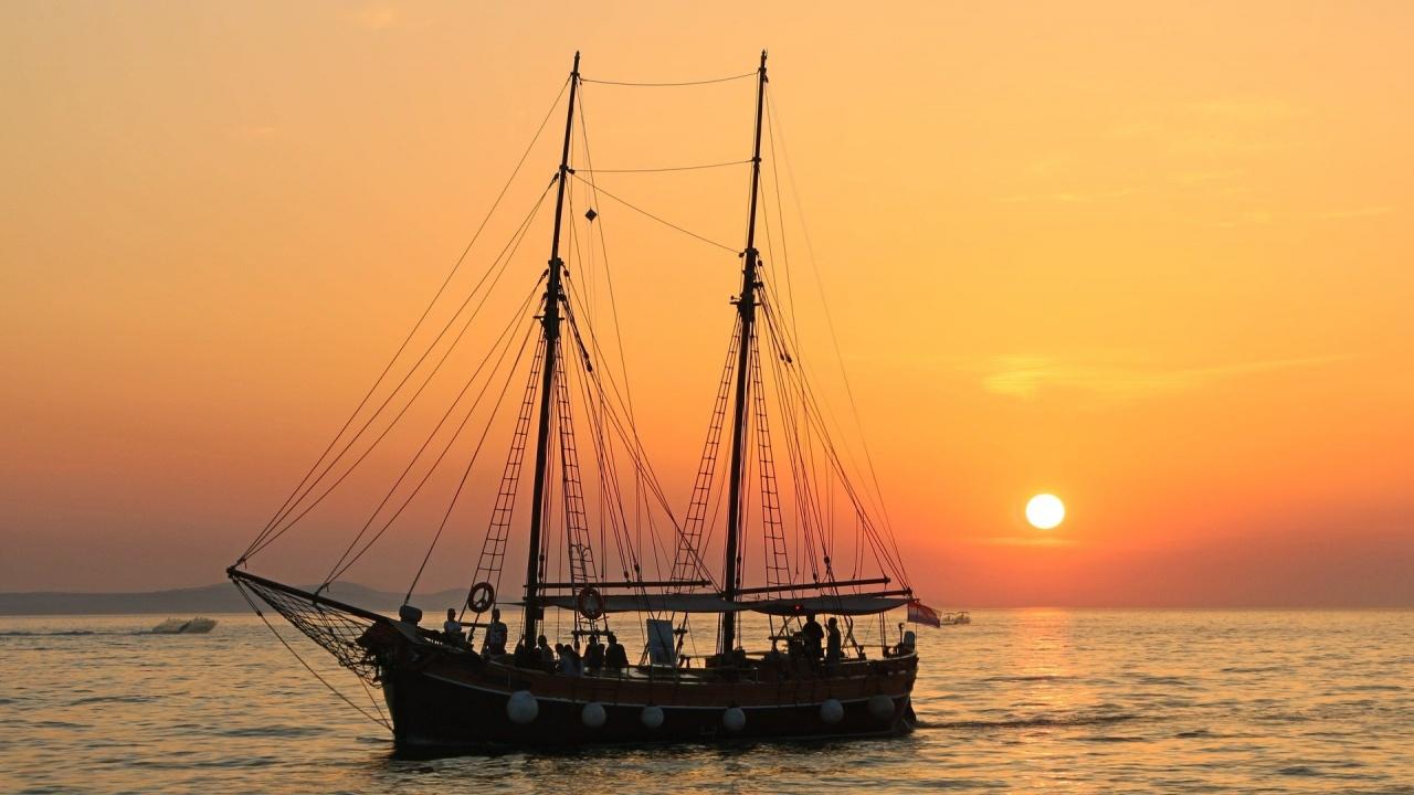 Кораб се преобърна заради селфи, най-малко 7 удавени