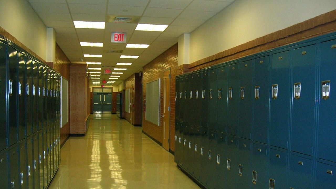 От днес учениците от 7, 8 и 10 клас се връщат в класните стаи