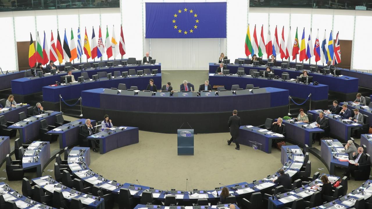 """ЕП гласува за """"замразяване"""" на инвестиционната сделка с Китай, докато Пекин не отмени санкциите срещу евродепутати"""