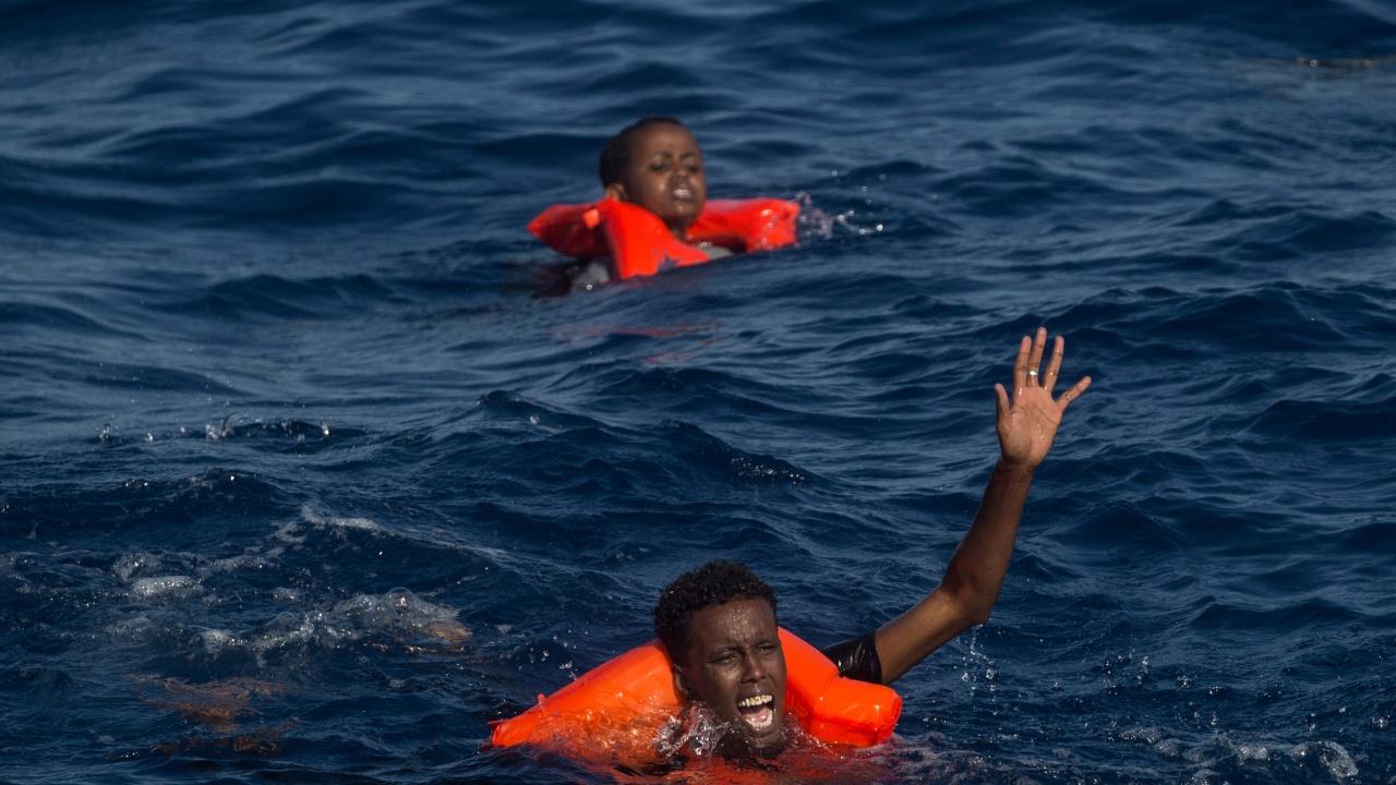 Испански водолаз спаси бебе на мигранти в Средиземно море