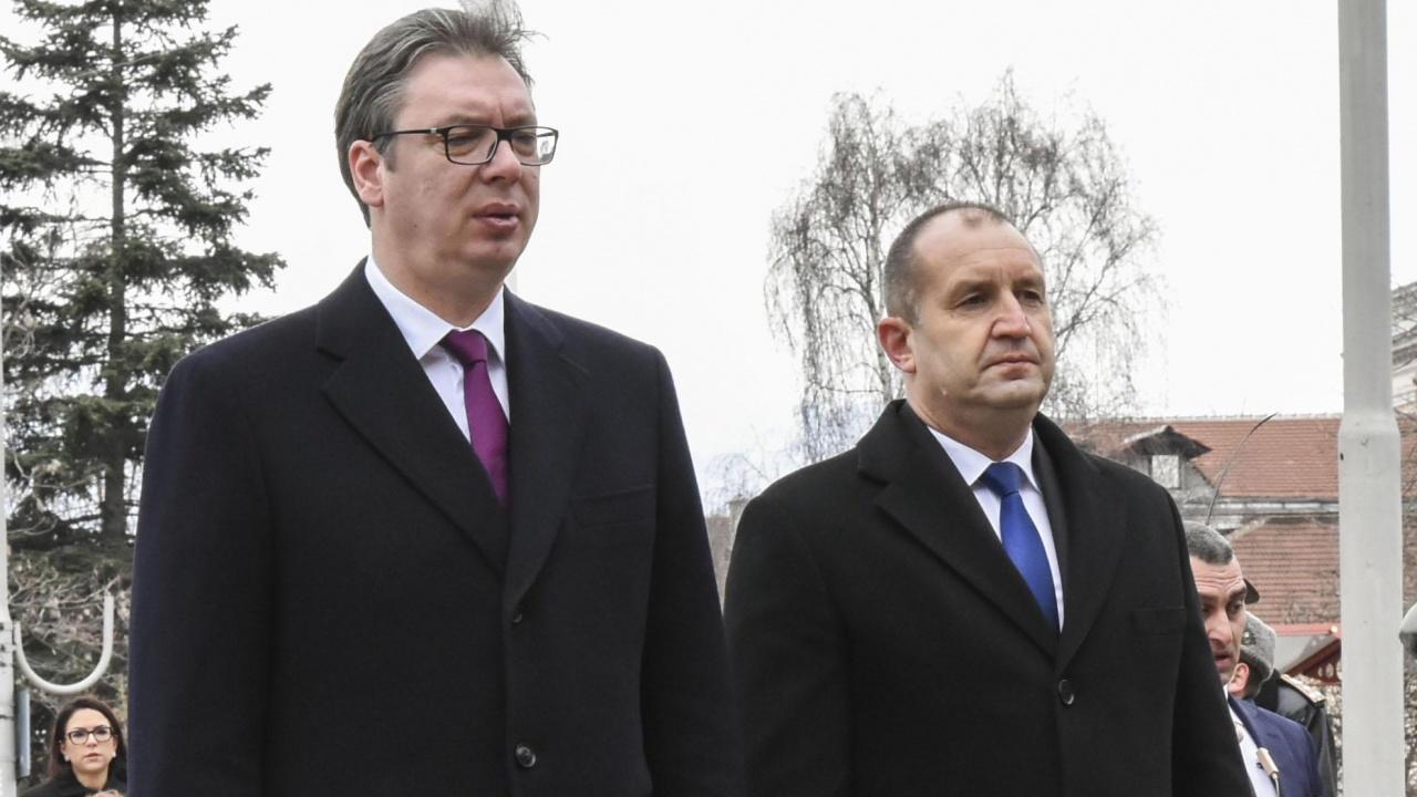 Президентите Радев и Вучич откриха паметник на Кирил и Методий в двора на гимназията в Цариброд