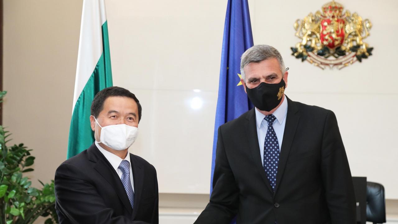 Стефан Янев проведе среща с посланика на Китайската народна република Дун Сяодзюн