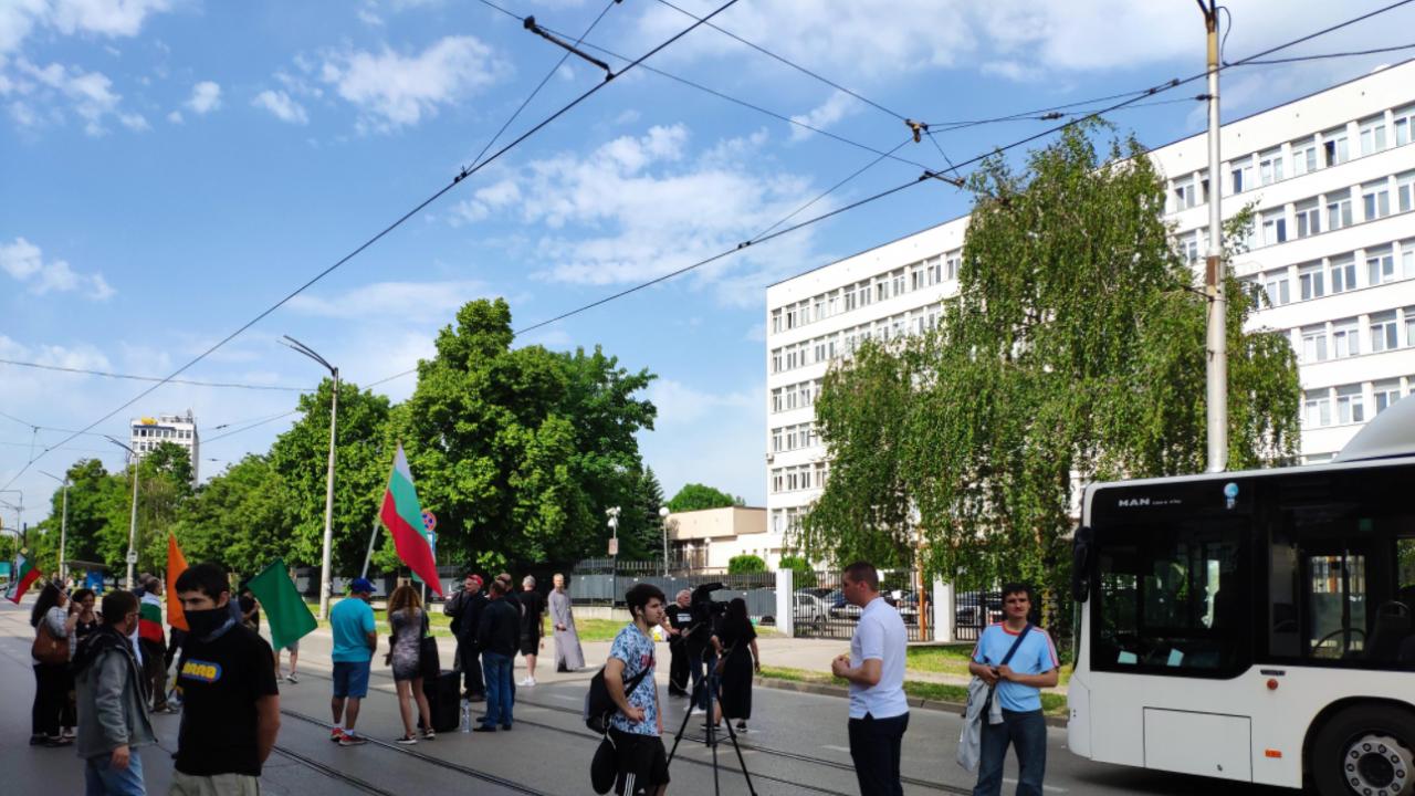 """Граждани блокираха бул. """"Черни връх"""" пред сградата на ДАНС заради аферата с подслушванията"""