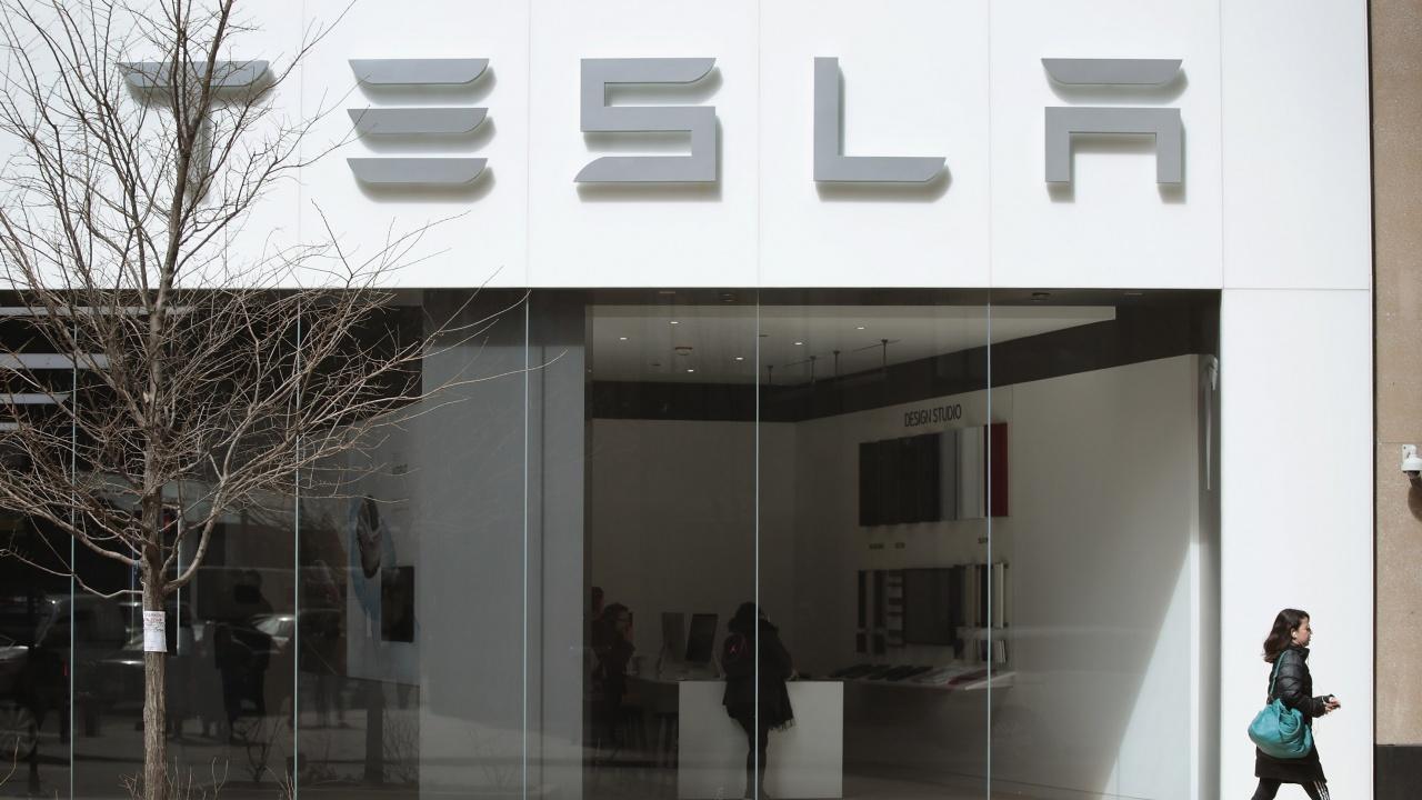 """""""Тесла"""" може да плаща предварително за чипове на фона на глобалния недостиг"""