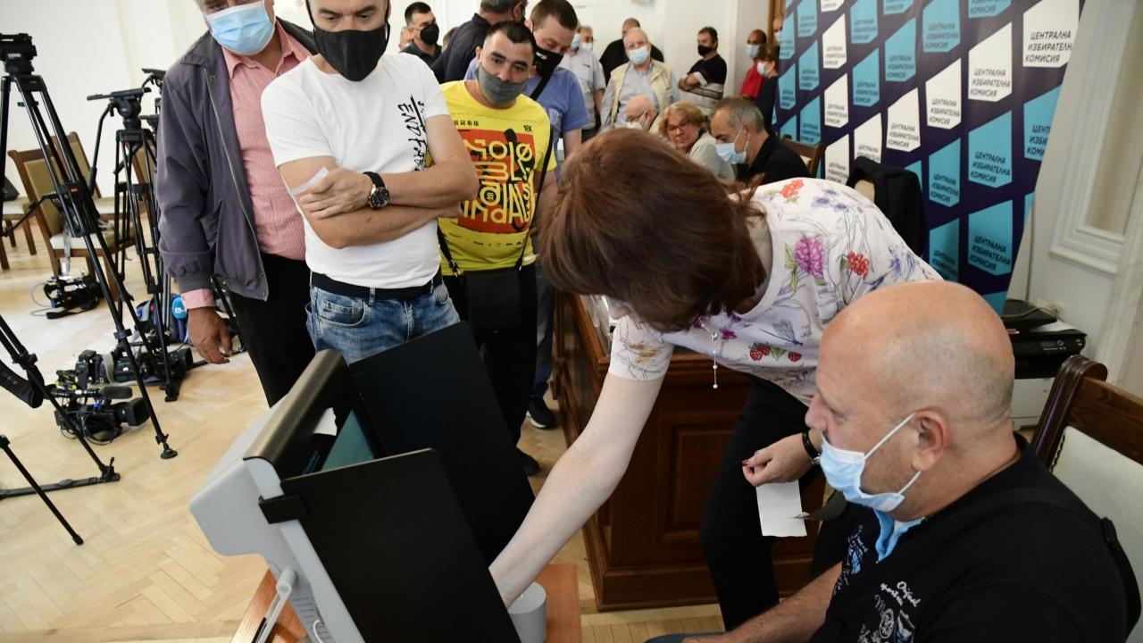 Областният управител на Софийска област Радослав Стойчев гласува на експерименталното машинно гласуване в Сливница