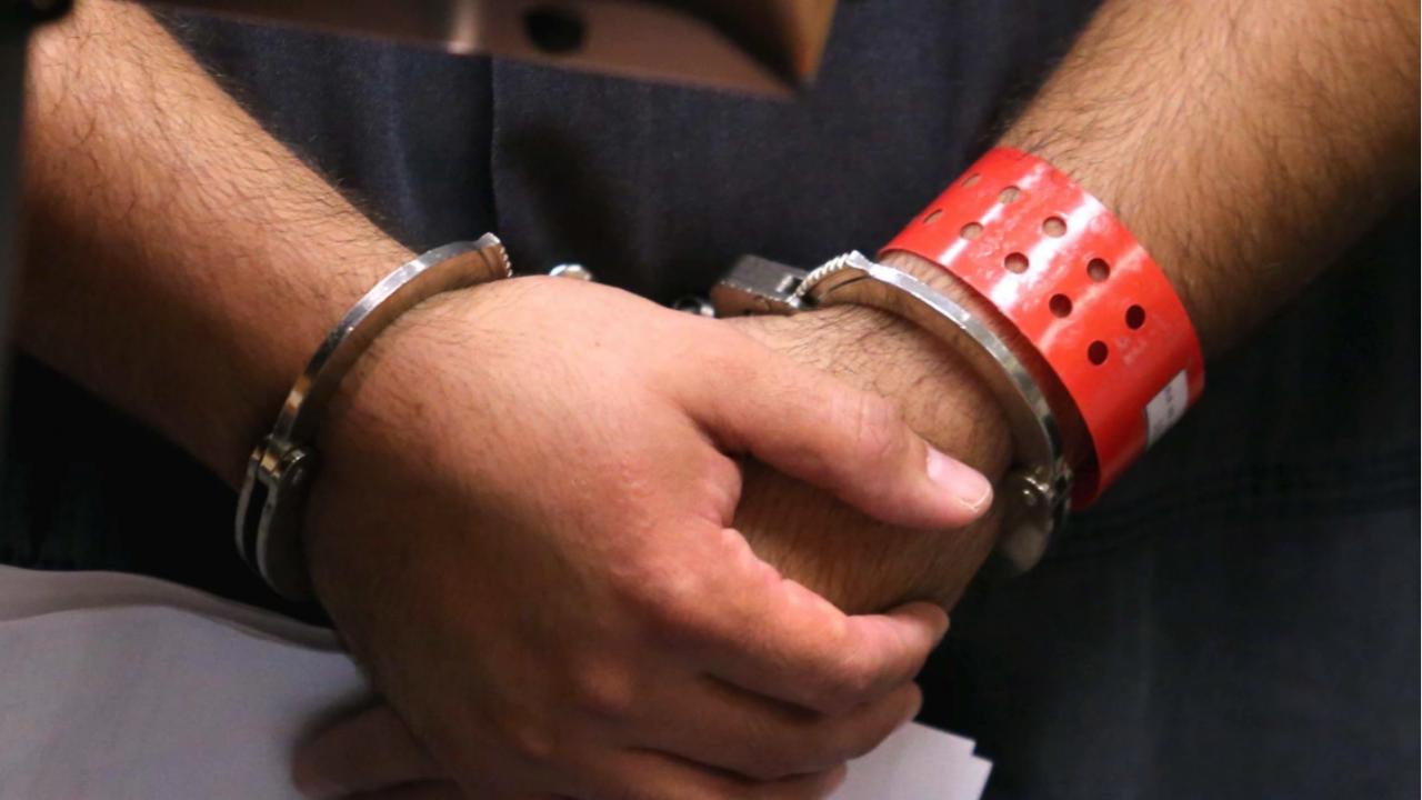 Беларуски опозиционер се намушка с химикалка в гърлото в съдебната зала